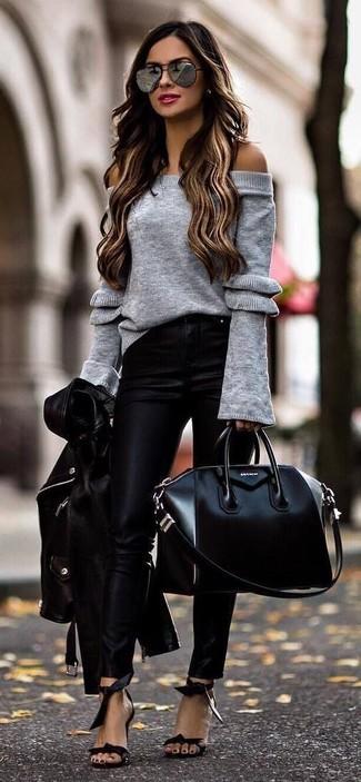 Cómo combinar: chaqueta motera de cuero negra, top con hombros descubiertos de punto gris, pantalones pitillo de cuero negros, sandalias de tacón de cuero negras