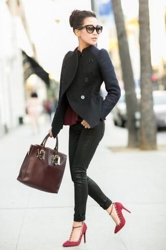 Cómo combinar: chaqueta motera de lana negra, top con sobrefalda burdeos, vaqueros pitillo negros, zapatos de tacón de ante burdeos