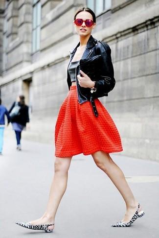 Cómo combinar: chaqueta motera de cuero negra, top corto de cuero negro, falda campana con relieve roja, zapatos de tacón de cuero estampados en negro y blanco
