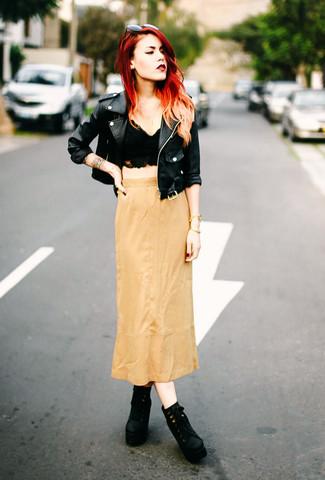 Cómo combinar: chaqueta motera de cuero negra, top corto de encaje negro, falda larga marrón claro, botines con cordones de ante negros