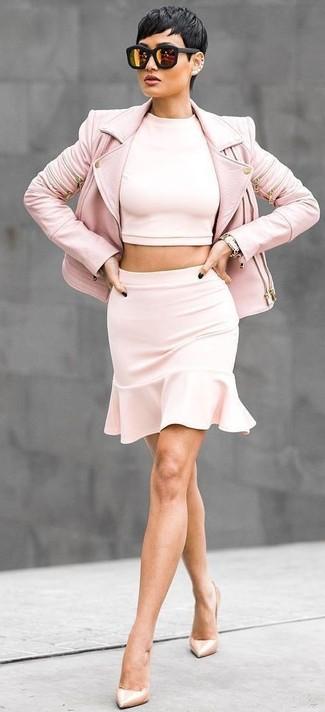 Cómo combinar: chaqueta motera de cuero rosada, top corto rosado, minifalda con volante rosada, zapatos de tacón de cuero en beige
