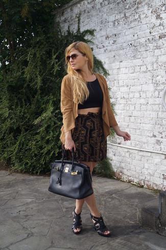 Cómo combinar: chaqueta motera de ante marrón claro, top corto negro, minifalda con estampado geométrico negra, sandalias romanas de cuero negras