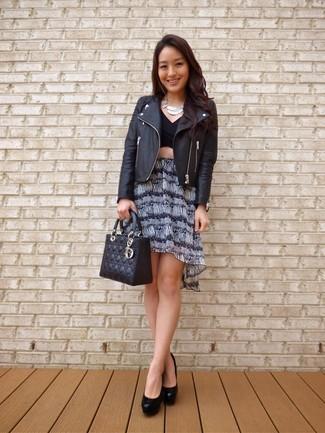 Cómo combinar: chaqueta motera de cuero negra, top corto negro, minifalda estampada en negro y blanco, zapatos de tacón de cuero negros