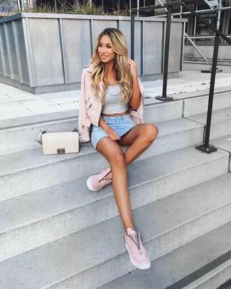 Cómo combinar: chaqueta motera de cuero rosada, top corto gris, minifalda vaquera celeste, zapatillas slip-on de cuero rosadas