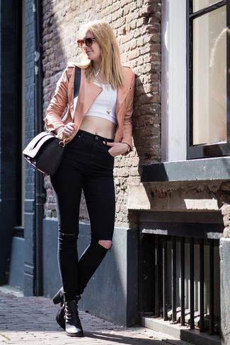 Cómo combinar: chaqueta motera de cuero rosada, top corto blanco, vaqueros pitillo desgastados negros, botines de cuero negros