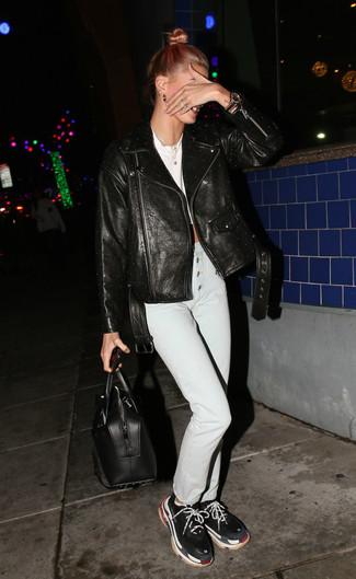 Cómo combinar: chaqueta motera de cuero negra, top corto blanco, vaqueros pitillo blancos, deportivas negras