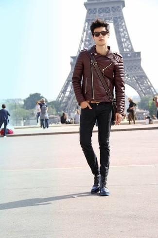Cómo combinar: chaqueta motera de cuero en marrón oscuro, vaqueros pitillo negros, botas casual de cuero azul marino, bolso mensajero de cuero en marrón oscuro