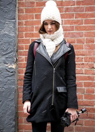 Para un atuendo que esté lleno de caracter y personalidad elige una chaqueta motera de lana negra y unos vaqueros pitillo negros de Mango.