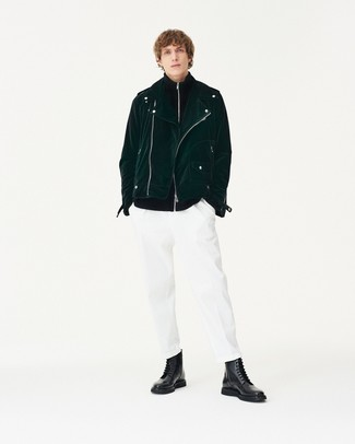 Cómo combinar: chaqueta motera de ante verde oscuro, jersey con cremallera negro, pantalón chino blanco, botas casual de cuero negras
