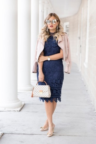 Cómo combinar: chaqueta motera de cuero rosada, vestido ajustado de encaje azul marino, zapatos de tacón de cuero en beige, bolso de hombre de cuero de tartán gris