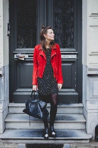 Cómo combinar: chaqueta motera de ante roja, vestido casual con print de flores en negro y blanco, botines chelsea de cuero con tachuelas negros, bolso deportivo de cuero negro