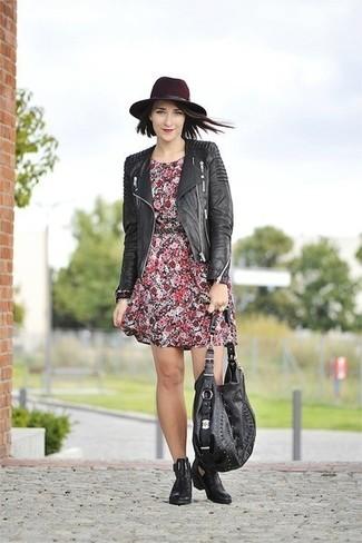 Cómo combinar: chaqueta motera de cuero acolchada negra, vestido casual con print de flores rojo, botines chelsea de cuero negros, bolsa tote de cuero negra