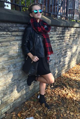 Cómo combinar: chaqueta motera de cuero negra, vestido jersey negro, botas planas con cordones de ante negras, bolso bandolera de cuero negro