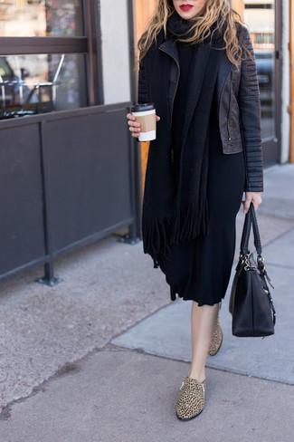 Cómo combinar: chaqueta motera de cuero acolchada negra, vestido jersey negro, mocasín de cuero de leopardo marrón claro, bolsa tote de cuero negra