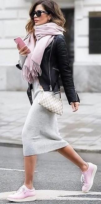 Cómo combinar: chaqueta motera de cuero negra, vestido jersey gris, tenis rosados, bolso bandolera de cuero en beige