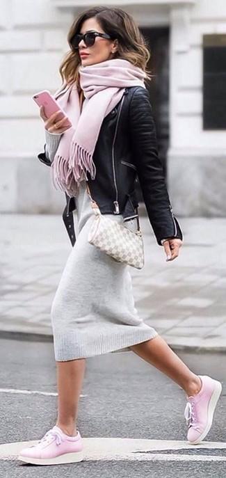 Cómo combinar una chaqueta motera: Ponte una chaqueta motera y un vestido jersey gris para un look diario sin parecer demasiado arreglada. Tenis de cuero rosados añadirán interés a un estilo clásico.