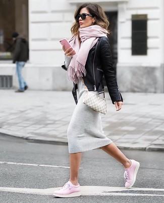 Cómo combinar: chaqueta motera de cuero negra, vestido jersey gris, tenis de cuero rosados, bolso bandolera de lona a cuadros gris