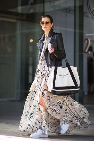 Cómo combinar: chaqueta motera de cuero negra, vestido largo con print de flores en beige, tenis blancos, bolsa tote de cuero en blanco y negro