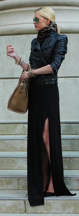 Cómo combinar: chaqueta motera de cuero negra, vestido largo con recorte negro, zapatos de tacón de ante negros, bolsa tote de cuero marrón