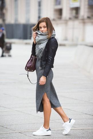 Cómo combinar: chaqueta motera de cuero negra, vestido midi de punto gris, tenis de cuero blancos, bolsa tote de cuero morado oscuro