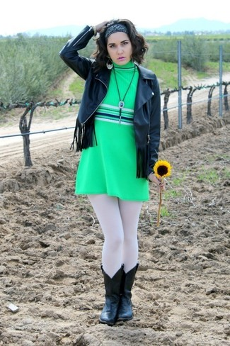 Una chaqueta de cuero сon flecos negra y un vestido recto verde son prendas que debes tener en tu armario. Botas camperas de cuero negras contrastarán muy bien con el resto del conjunto.