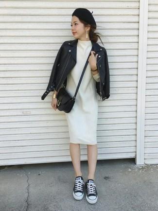 Cómo combinar: chaqueta motera de cuero negra, vestido recto de lana blanco, tenis de lona en negro y blanco, bolso bandolera de cuero negro