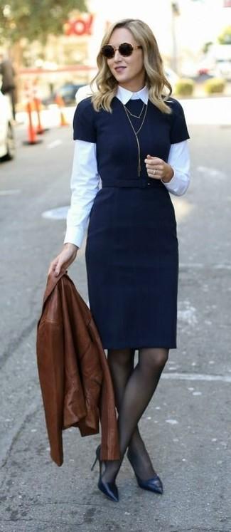 Cómo combinar: chaqueta motera de cuero marrón, vestido tubo negro, camisa de vestir blanca, zapatos de tacón de cuero negros