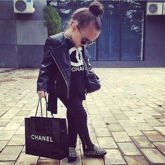Cómo combinar: chaqueta de cuero negra, camiseta negra, leggings negros, bailarinas negras