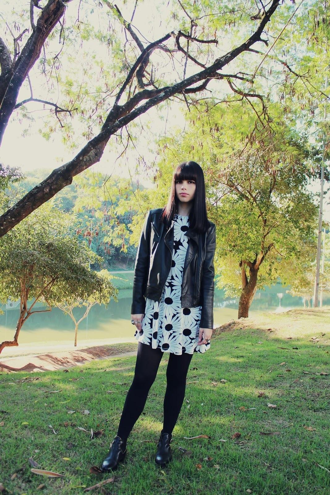 Vestido negro con chaqueta de flores