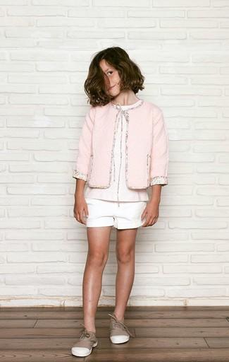 Cómo combinar: chaqueta rosada, camiseta rosada, pantalones cortos blancos, zapatillas marrónes