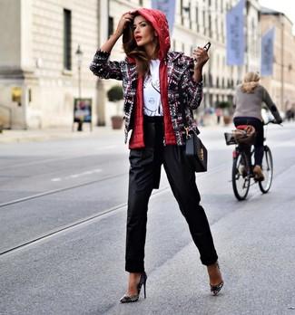 Cómo combinar: chaqueta sin mangas roja, chaqueta de tweed en multicolor, camiseta con cuello circular estampada en blanco y negro, pantalón de pinzas negro