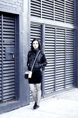 Cómo combinar: chaqueta sin mangas negra, chaqueta motera de cuero negra, vestido ajustado negro, tenis de cuero negros