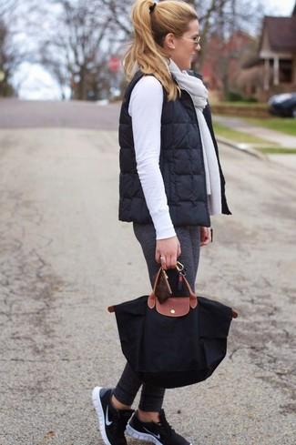 Cómo combinar una bolsa tote de lona negra: Elige una chaqueta sin mangas acolchada negra y una bolsa tote de lona negra transmitirán una vibra libre y relajada. Deportivas negras son una opción perfecta para complementar tu atuendo.