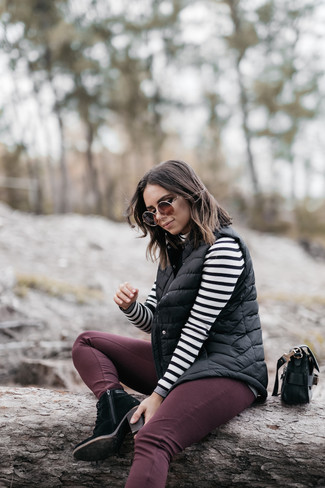 Cómo combinar: chaqueta sin mangas acolchada negra, jersey de cuello alto de rayas horizontales en blanco y negro, vaqueros pitillo burdeos, botines con cordones de ante negros
