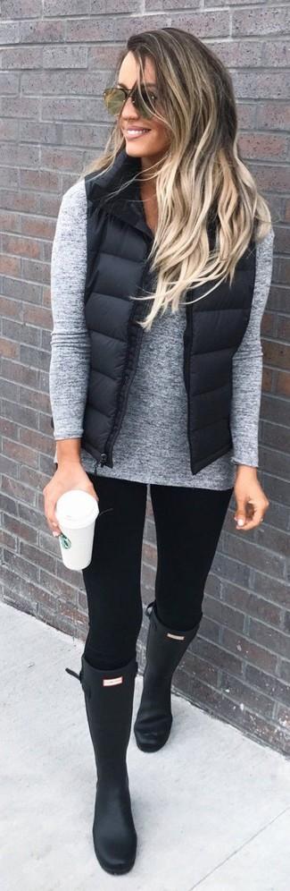 Intenta ponerse un jersey de pico gris y unos leggings negros para un look agradable de fin de semana. ¿Te sientes valiente? Completa tu atuendo con botas de lluvia negras.