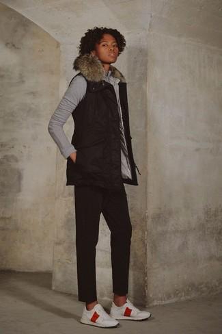 Cómo combinar un pantalón chino negro: Para un atuendo tan cómodo como tu sillón empareja una chaqueta sin mangas negra con un pantalón chino negro. Si no quieres vestir totalmente formal, opta por un par de deportivas blancas.