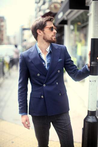 Cómo combinar: chaqueta vaquera azul, blazer cruzado azul marino, camisa de manga larga blanca, pantalón de vestir de lana de tartán en gris oscuro