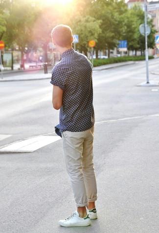 Considera emparejar una chaqueta vaquera azul junto a una camisa de manga corta a lunares azul marino para una apariencia fácil de vestir para todos los días. Tenis de cuero en blanco y verde son una opción grandiosa para complementar tu atuendo.