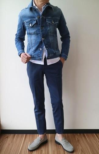 Cómo combinar: chaqueta vaquera azul, camisa de manga corta blanca, pantalón de vestir azul marino, mocasín de ante gris