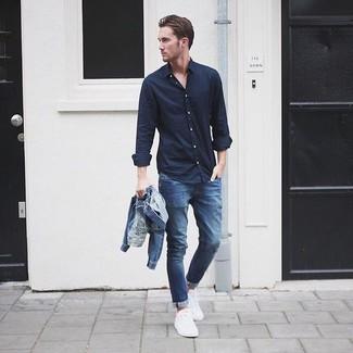 Cómo combinar una chaqueta vaquera azul: Para un atuendo que esté lleno de caracter y personalidad intenta combinar una chaqueta vaquera azul junto a unos vaqueros pitillo azules. ¿Te sientes valiente? Usa un par de zapatillas plimsoll blancas.