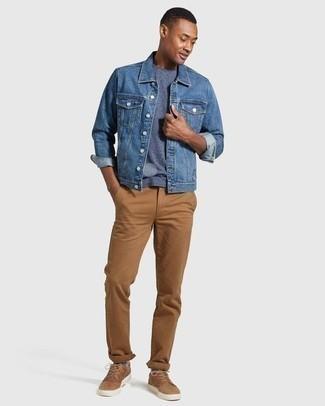 Cómo combinar una camiseta con cuello circular azul: Elige una camiseta con cuello circular azul y un pantalón chino marrón claro para cualquier sorpresa que haya en el día. Tenis de cuero marrón claro son una opción estupenda para completar este atuendo.