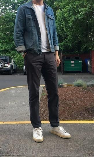 Cómo combinar unos tenis de cuero blancos: Opta por una chaqueta vaquera azul y un pantalón chino en gris oscuro para lidiar sin esfuerzo con lo que sea que te traiga el día. Si no quieres vestir totalmente formal, haz tenis de cuero blancos tu calzado.