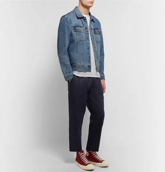 Cómo combinar: chaqueta vaquera azul, camiseta con cuello circular blanca, pantalón de vestir negro, zapatillas altas rojas