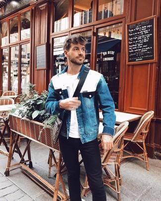 Cómo combinar: chaqueta vaquera azul, camiseta con cuello circular blanca, vaqueros negros, bolso mensajero de lona estampado en marrón oscuro