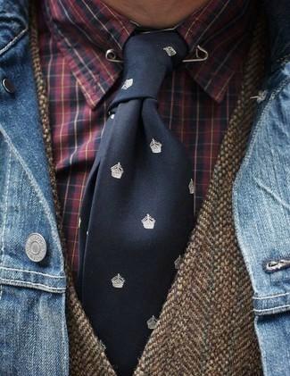 Cómo combinar: chaqueta vaquera azul, chaleco de vestir de lana marrón, camisa de vestir de tartán roja, corbata estampada negra