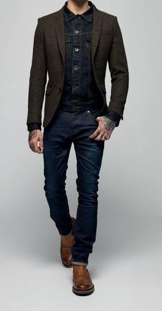 Emparejar una chaqueta vaquera azul marino y unos pantalones es una opción cómoda para hacer diligencias en la ciudad. Luce este conjunto con botines chelsea de cuero marrónes.