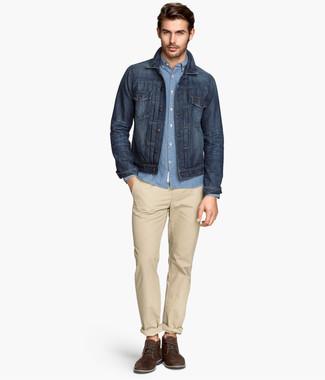 Cómo combinar: chaqueta vaquera azul marino, camisa de manga larga de cambray celeste, pantalón chino en beige, zapatos derby de ante en marrón oscuro