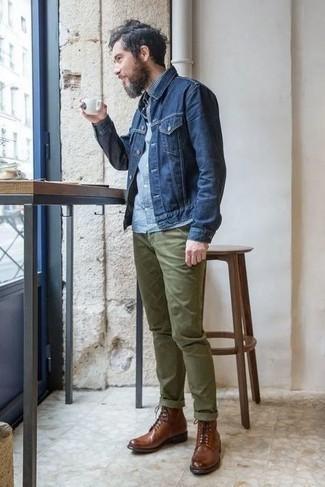 Cómo combinar una chaqueta vaquera azul marino: Opta por una chaqueta vaquera azul marino y un pantalón chino verde oliva para cualquier sorpresa que haya en el día. Agrega botas casual de cuero marrónes a tu apariencia para un mejor estilo al instante.