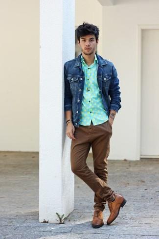 Cómo combinar: chaqueta vaquera azul marino, camisa de manga larga a lunares en verde menta, pantalón chino marrón, zapatos brogue de cuero marrónes