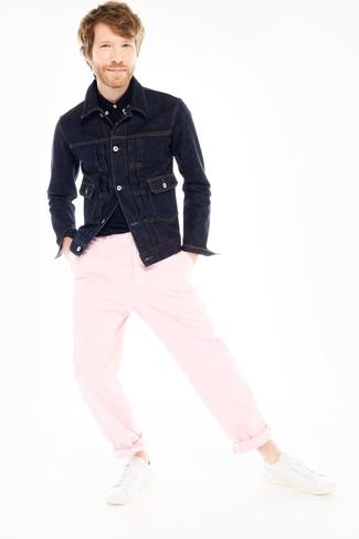 Cómo combinar: chaqueta vaquera azul marino, camisa polo negra, pantalón chino rosado, tenis de cuero blancos